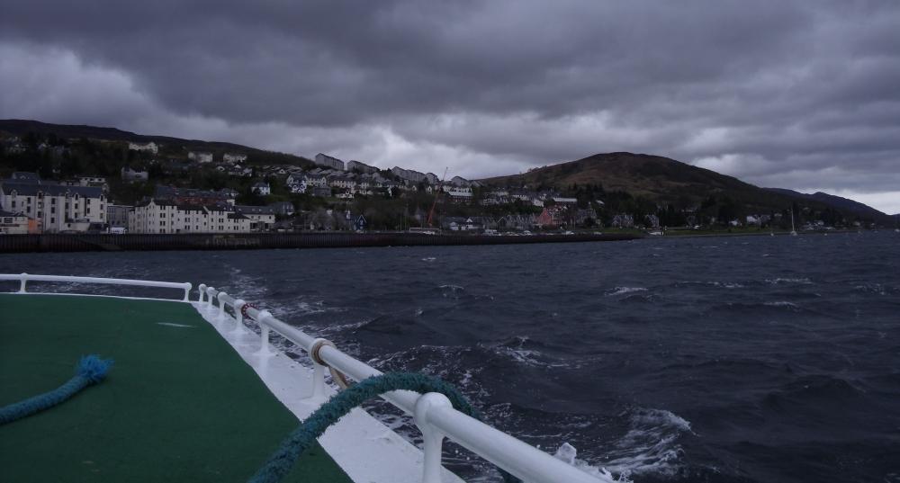 Fort William s'éloigne derrière le ferry