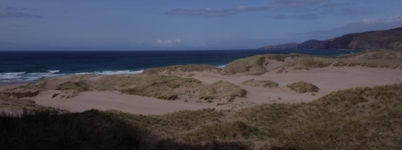 En approchant de Sandwood Bay, on distingue le Cape Wrath, là bas au loin...