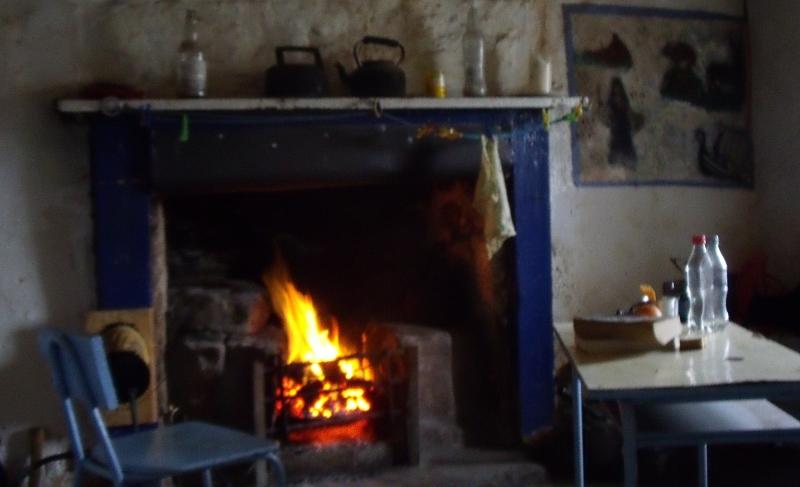 Au coin du feu, entouré des peintures murales