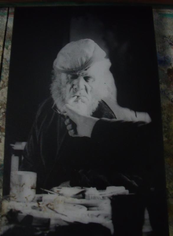Au mur, un portrait de Sandy